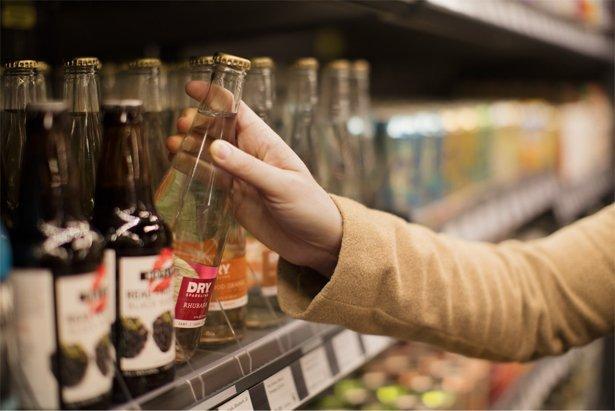 בחירת מוצר מהמדף בחנות אמזון גו